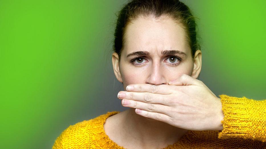 savanyú rothadt szag a szájból)