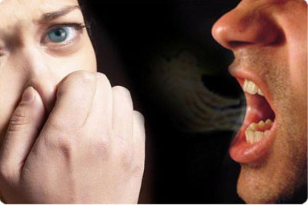 rossz leheletet fröcsköl a szájába)