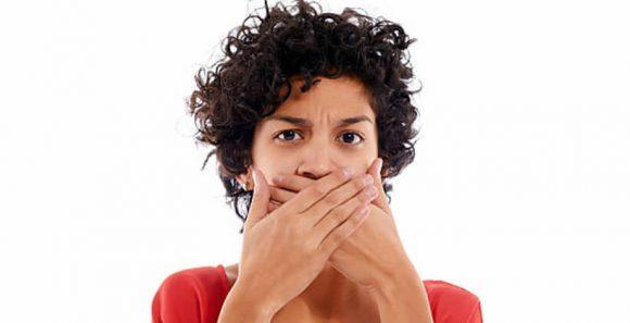 a szájból származó trágya szaga okozza